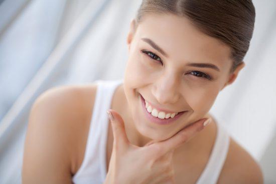 מראה טבעי שהושג בעזרת סתימות לבנות בשיניים